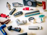 En massa USB-minnen i olika, roliga designer